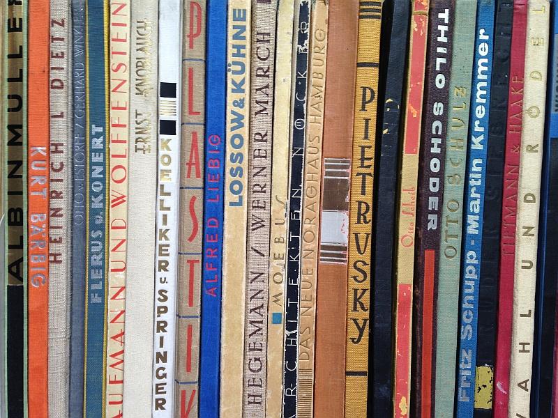 ZI-Bibliothek: Umfangreiche Schenkung von Originalbänden aus  der Reihe 'Neue Werkkunst'