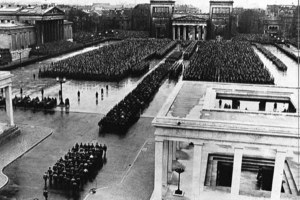 """Einweihung des neugestalteten Königsplatzes mit der Überführung der Sarkophage der 16 """"Märtyrer der Bewegung"""" in die """"Ehrentempel"""", 9. November 1935"""