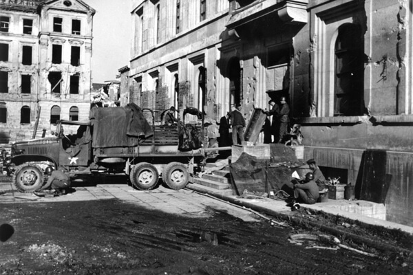 """Online-Vortrag // Iris Lauterbach: """"Museum ohne Besucher"""": Der Central Collecting Point München, 1945-1949"""