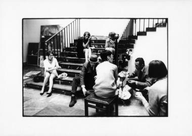 """Joseph Beuys beim Aufbau der Ausstellung """"Sammlung 1968: Karl Ströher"""" mit Ulrike von Hase, Margret Biedermann, Eva Beuys und Herzog Franz von Bayern, Haus der Kunst, München 1968 © Stefan Moses"""